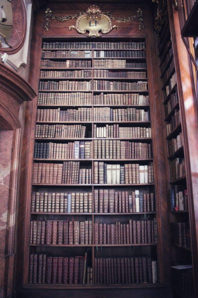Рафт с книги в националната библиотека във Виена