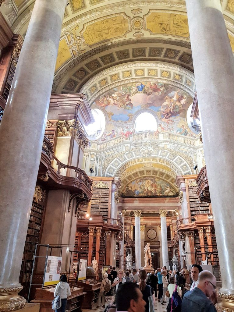 Интериор на националната библиотека във Виена