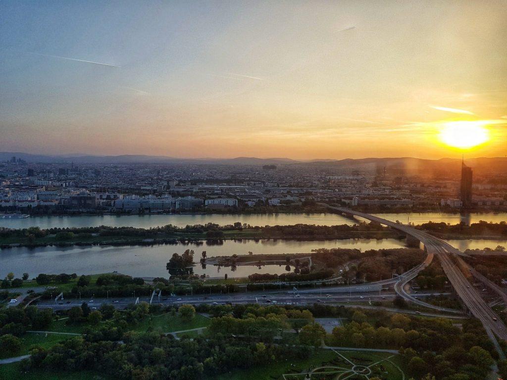 Кулата на Дунав по залез, Виена