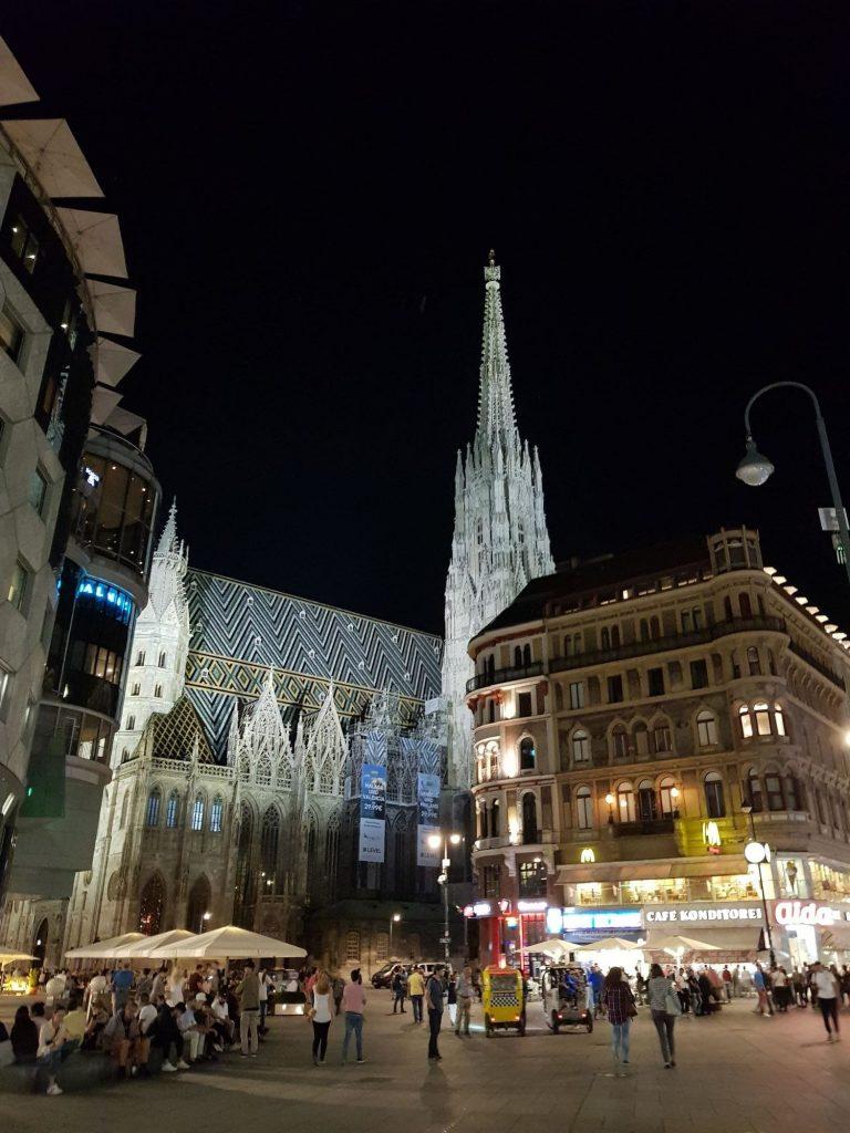 Каедрала Свети Стефан, Виена, през нощта, сниман от главната улица