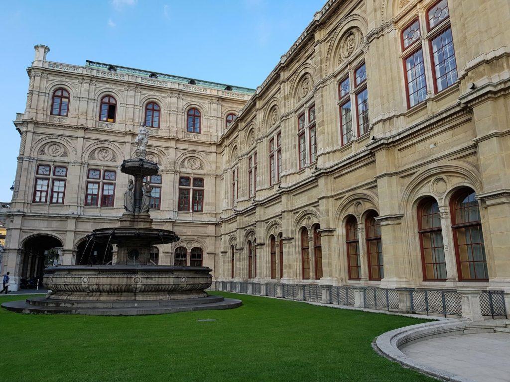 Виенската опера, фасада с фонтан