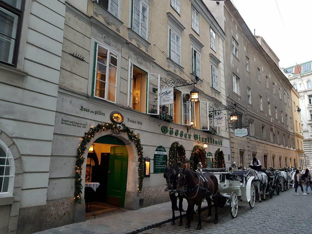 Улиците на Виена, колесница с два черни коня пред таверна, бирария