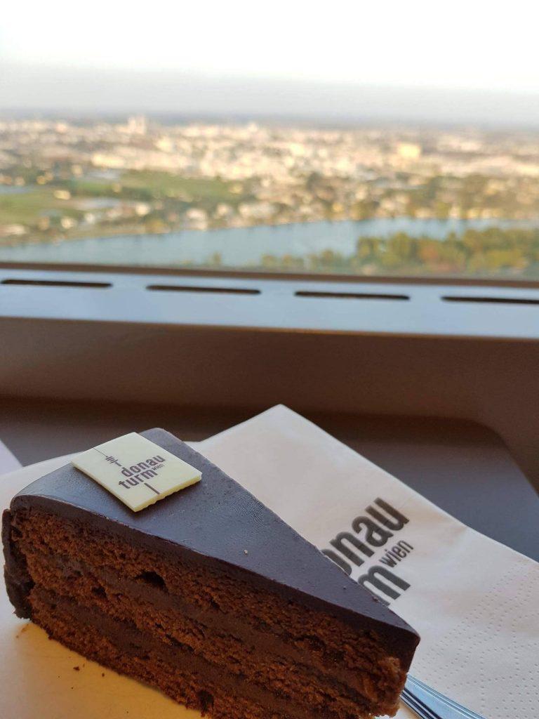 Парче сахер, сервирано в кафенето в кулата на Дунав, Виена