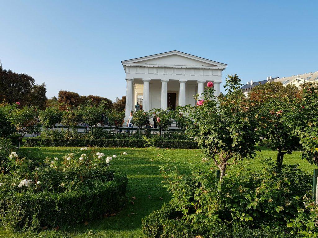 Паркът на народите, храм в него с римски мотиви