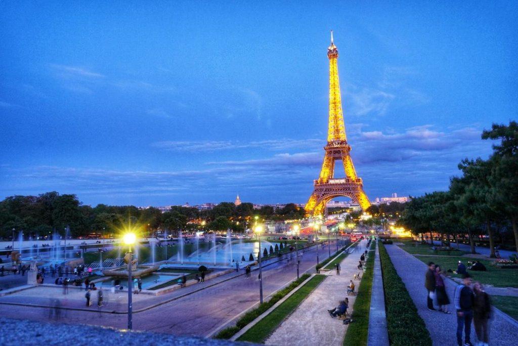 Айфеловата кула, Париж, снимана  по здрач, ValStyle