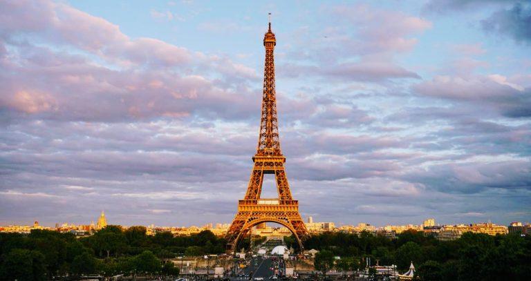 Айфеловата Кула в Париж по залез