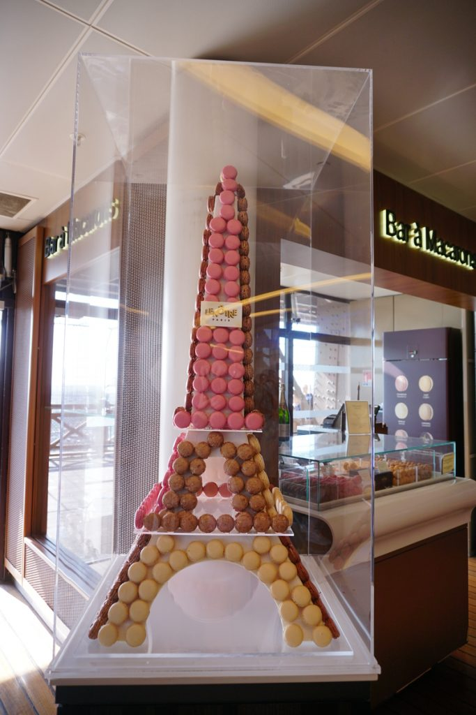 Френски макаруни подредени във формата на Айфеловата кула