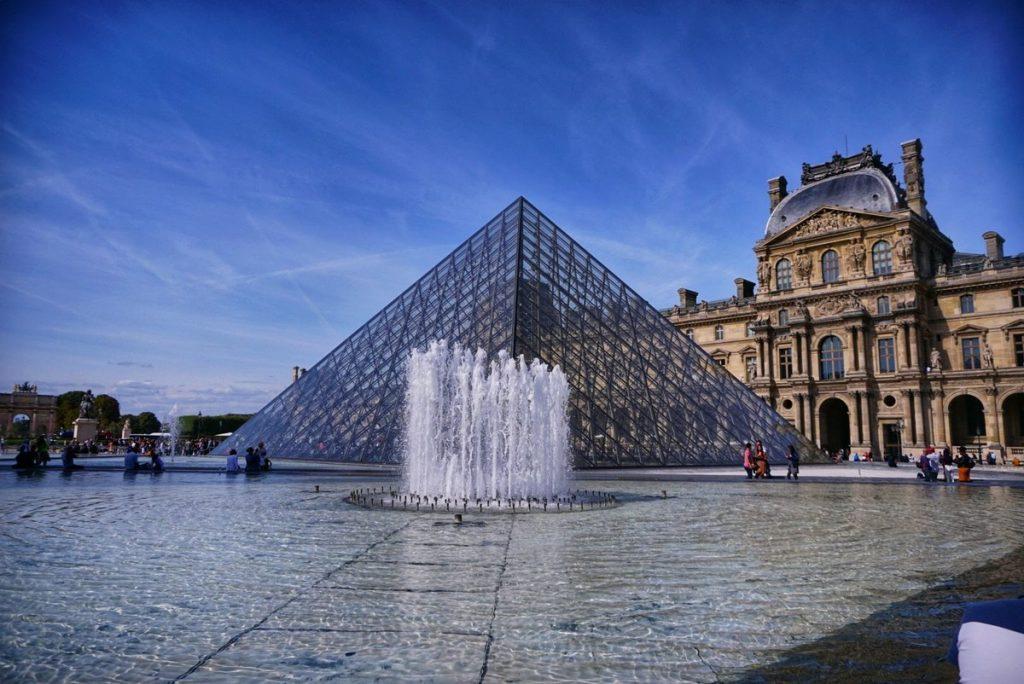 Стъклената пирамида пред Лувъра, Париж