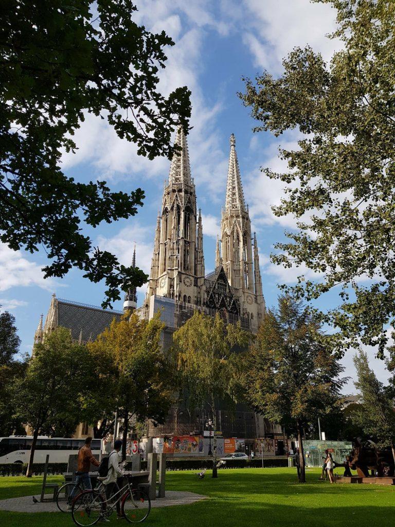 Катедрала в парк във Виена