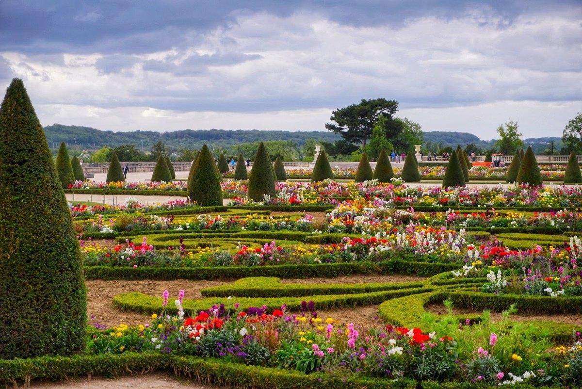Градините на Версай - пълни с цветя и разкошни алеи