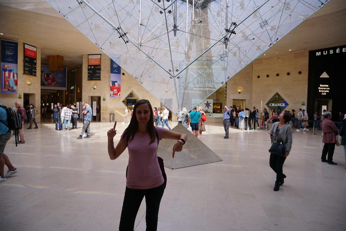 Обърнатата стъклена пирамида в Културен център Place du carrousel, Лувъра