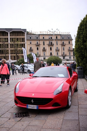 Изложение на Ferrari коли на брега на езерото Комо