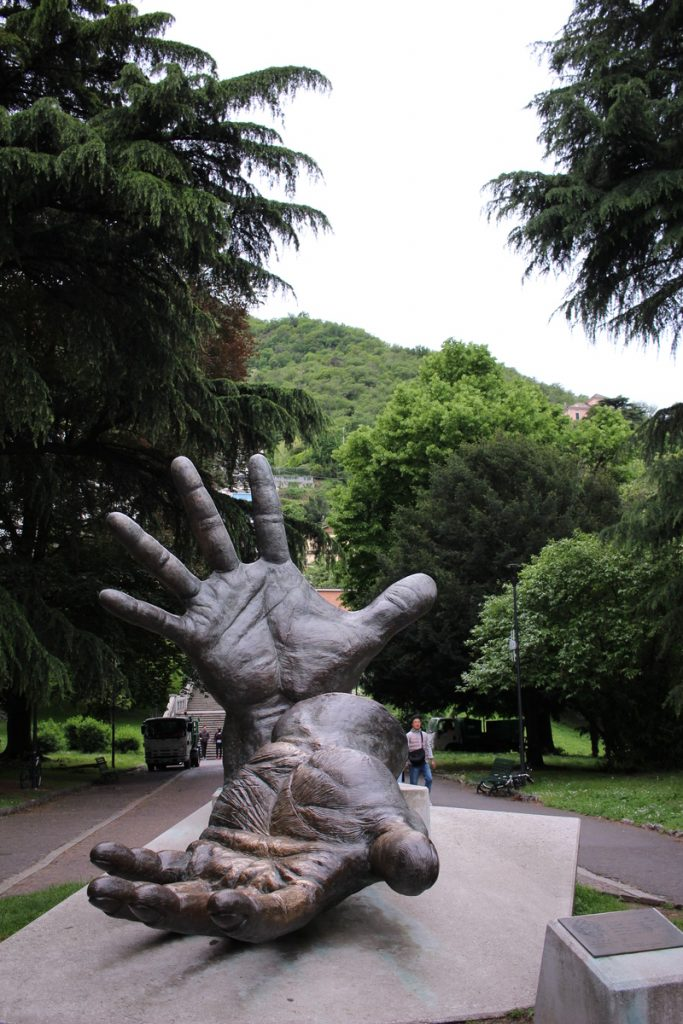 "Паметник ""Le Mani"", Комо, Италия"